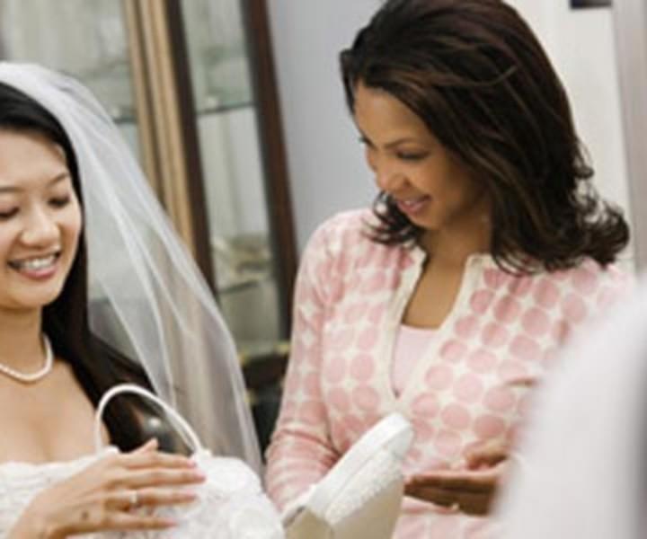 Come scegliere l'abito da sposa? Fra tessuti, fogge e anche colori, visto che oggidì gli abiti da sposa non sono solo bianchi, alcuni consigli per la selezione